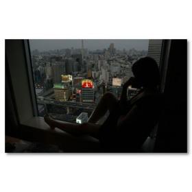 Αφίσα (πόλη, παράθυρο, κορίτσι, νύχτα)